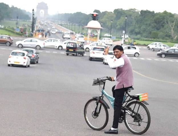 Mansukh Mandaviya riding his bicycle to the Parliament for oath-taking ceremony in 2016