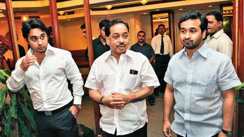 Narayan Rane with his sons Nilesh (extreme left) and Nitesh (extreme right)