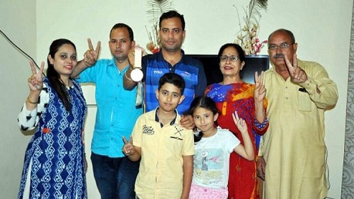 Sanjeev Rajput with his parents (on the extreme right), his brother, sister-in-law, and his brother's children