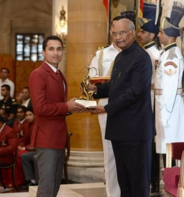 Fouaad Mirza receiving the Arjuna Award from the President of India