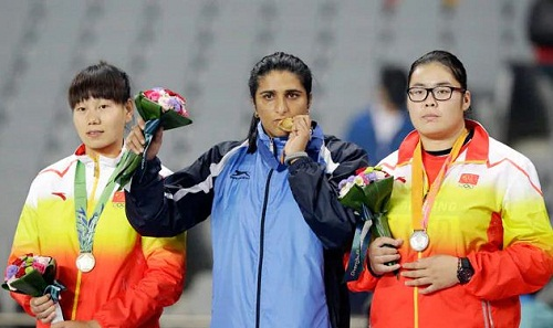 Seema Punia with her gold medal at the Asian Games