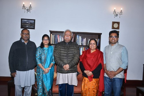 Baby Rani Maurya with her family and Mohan Bhagwat (center)