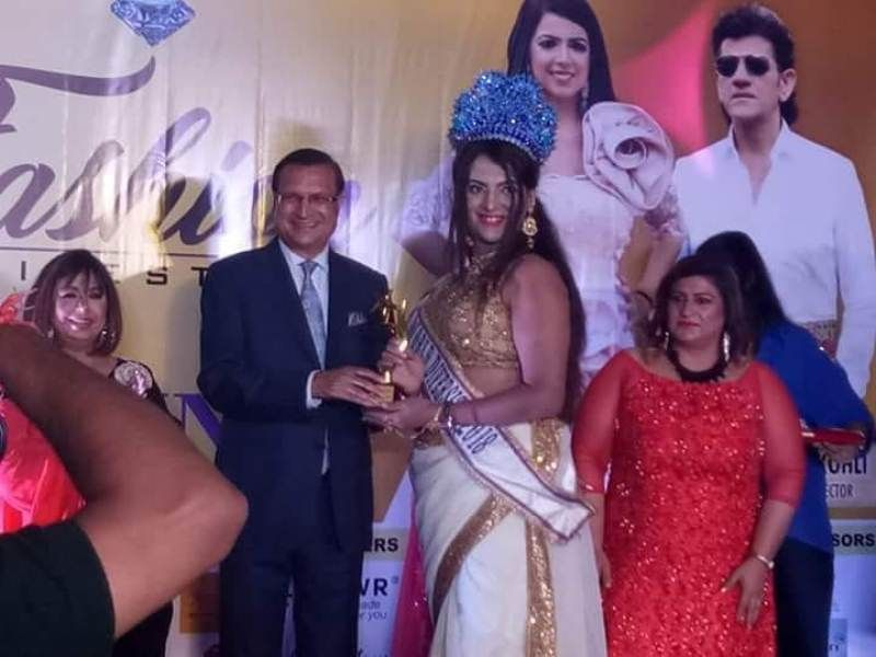 Naaz Joshi felicitated by anchor and editor-in-chief of India TV Rajat Sharma
