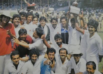 Ramiz Raja with his team after winning the Bangalore test in 1987 against India