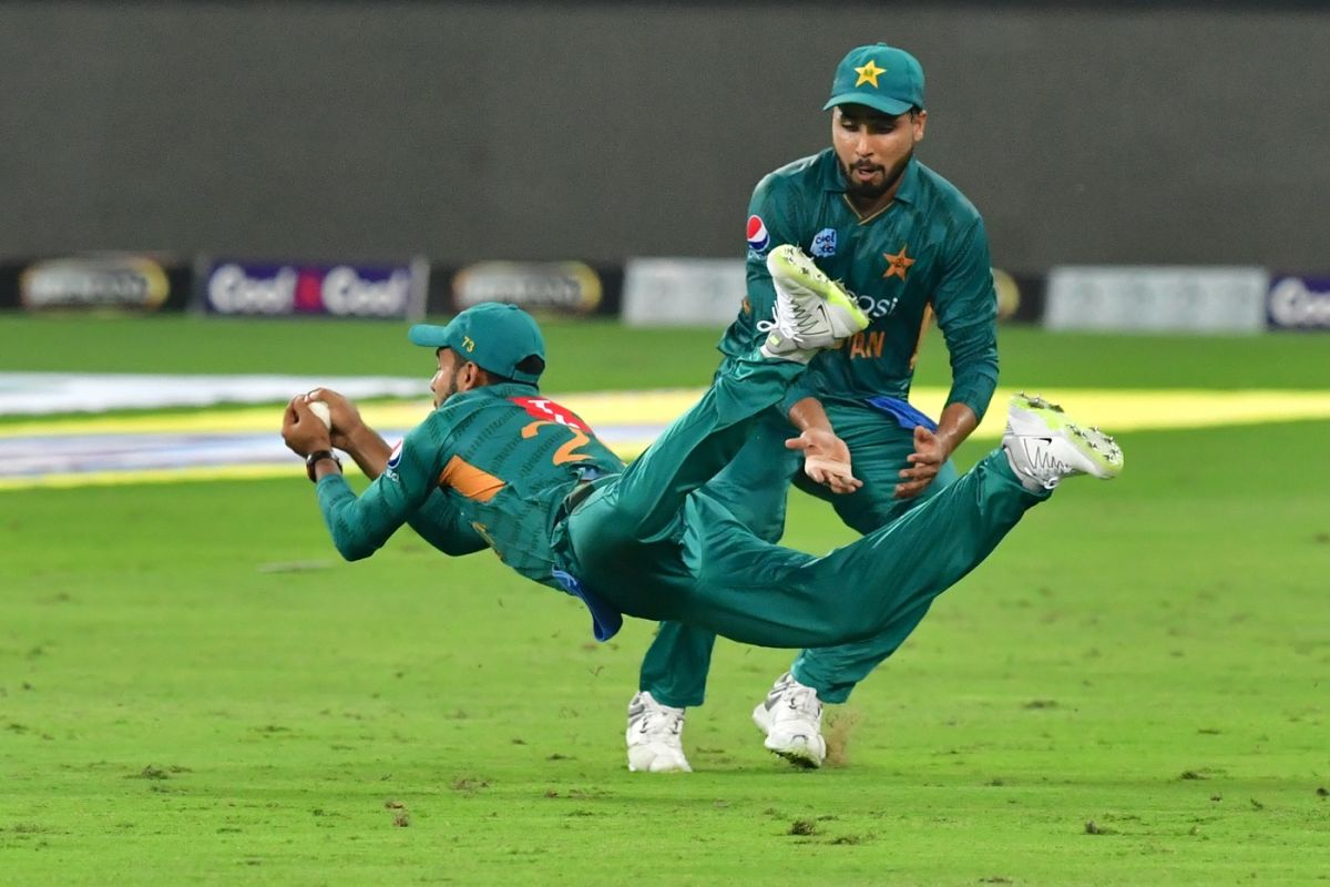 Shadab taking a stunning catch of Chris Lynn during the 2nd T20I game against Australia