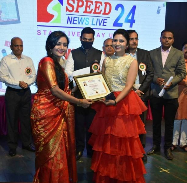 Sonali Patil being honoured by Speed News Live 24