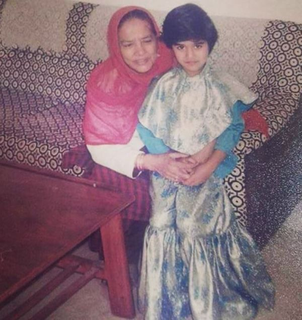Yasra Rizvi's childhood picture with her aunt