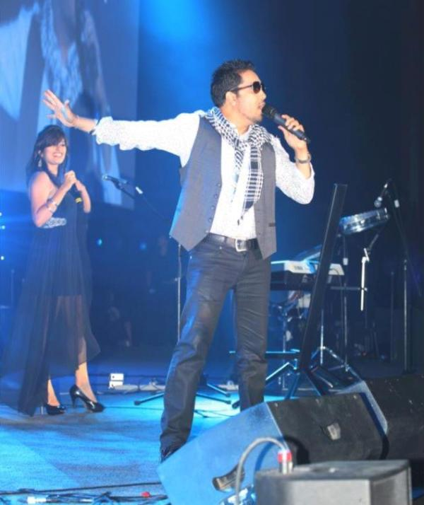 Akasa performing with Mika Singh in 2012