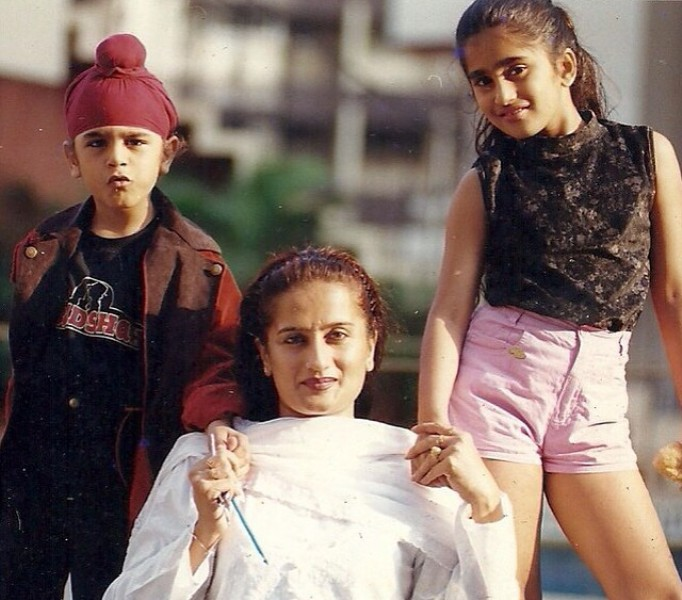 Childhood picture of Akasa Singh with her mother and brother