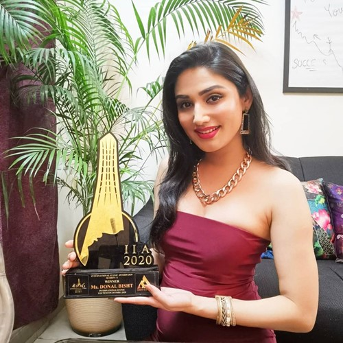 Donal Bisht with the 'Youth Icon of the Year 2020' award