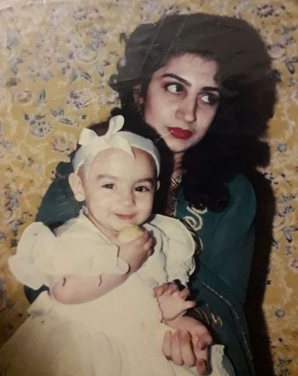 Mehar Bano's childhood picture with her mother
